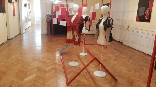 """Read more about the article ,,Црвен петел, црна кокошка"""" од денес гостува во Етнографскиот музеј во Софија, Бугарија"""