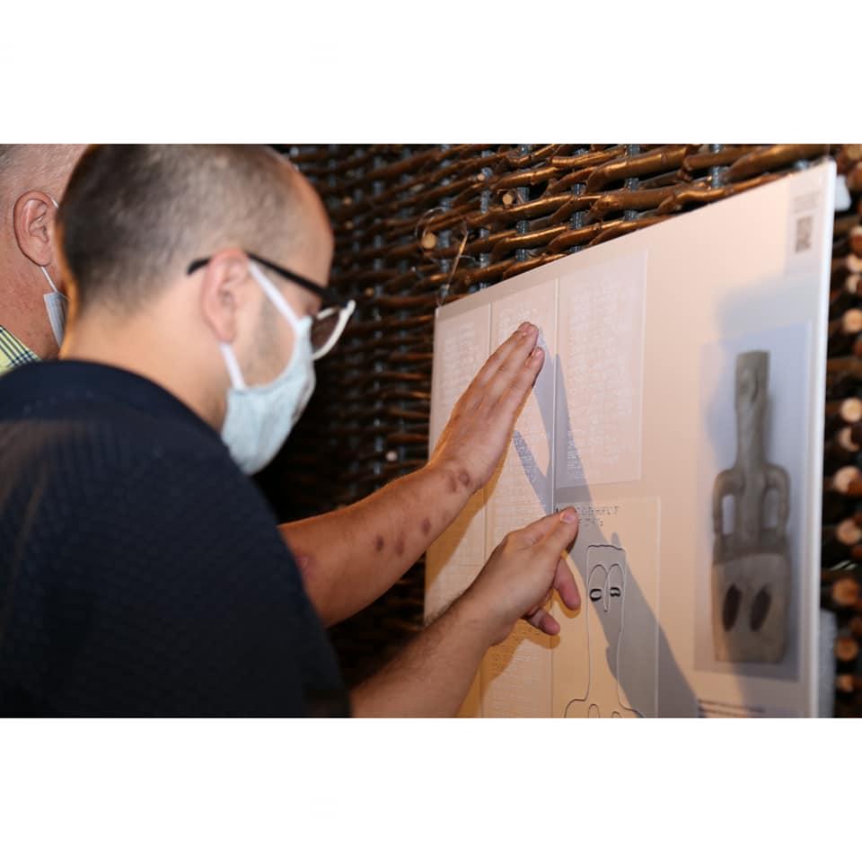 Десет експонати преку тактилни слики со Брајово писмо дел од изложбениот простор на Археолошкиот музеј